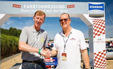 Lutz Poncelet, Business Director at Standox Deutschland (right), greeted former rally world champion Walter Röhrl at the Standox colour testing station.