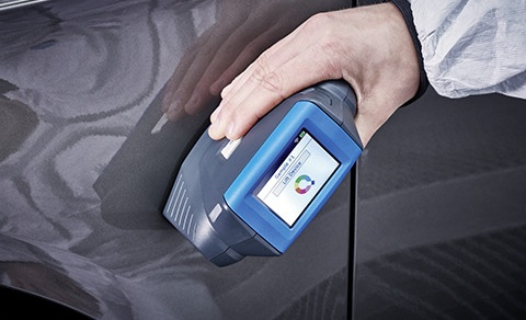 New Standox Genius iQ spectrophotometer measuring with hand